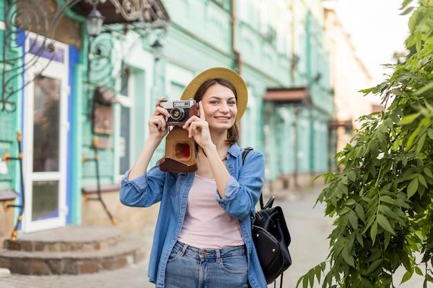 Gelukkige vrouw genieten van het nemen van foto's op vakantie