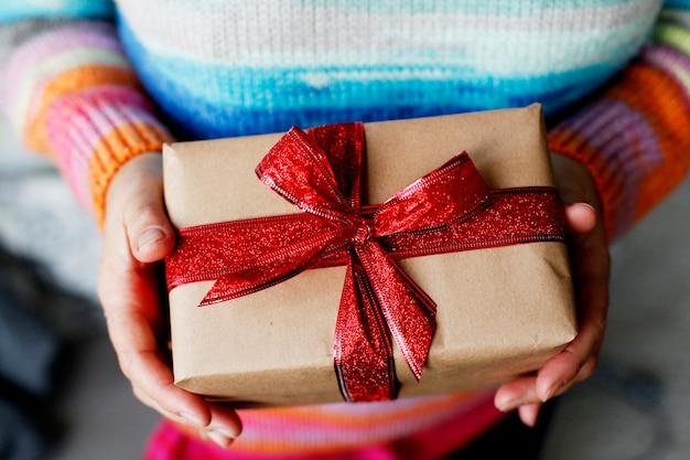 Gelukkige vrouw geschenkdoos openen