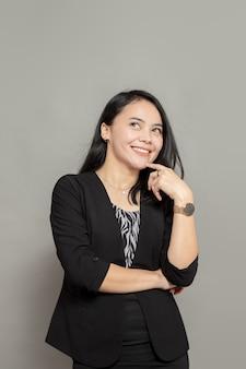 Gelukkige vrouw glimlach tijdens het opzoeken geïsoleerd op effen achtergrond