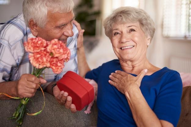 Gelukkige vrouw heeft een cadeau gekregen