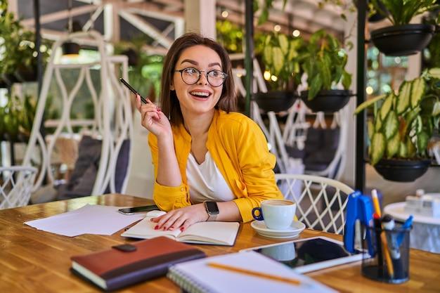 Gelukkige vrouw heeft een idee op de werkplek