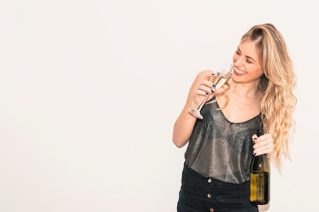Gelukkige vrouw het drinken champagne van glas