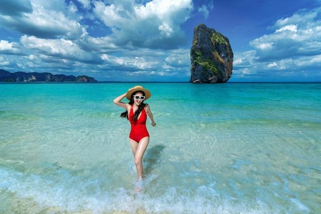 Gelukkige vrouw in bikini op poda-eiland, thailand.