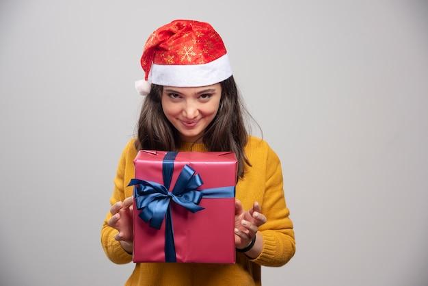 Gelukkige vrouw in de doos van de de holdingsgift van de kerstmanhoed.