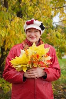 Gelukkige vrouw in de herfst