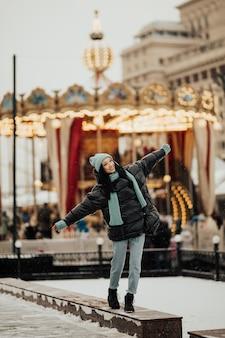 Gelukkige vrouw in de sneeuwdag buiten in de winter op christmas fair in moskou stad op het rode plein