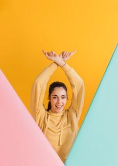 Gelukkige vrouw in een gele trui