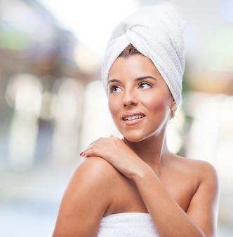 Gelukkige vrouw in een handdoek op het hoofd weg te kijken