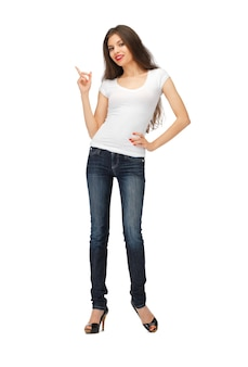 Gelukkige vrouw in een leeg wit t-shirt die met haar vinger wijst