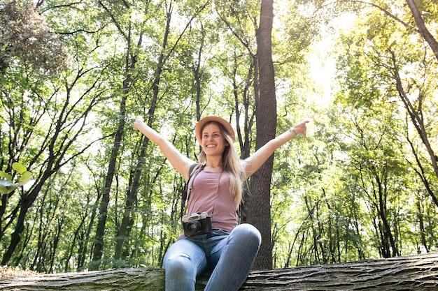 Gelukkige vrouw in het bos