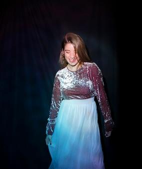 Gelukkige vrouw in het heldere kleding glimlachen