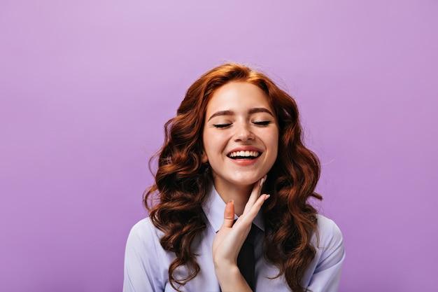Gelukkige vrouw in klassieke outfit glimlachend met gesloten ogen