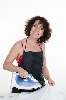 Gelukkige vrouw ironong broek met elektrische iront home