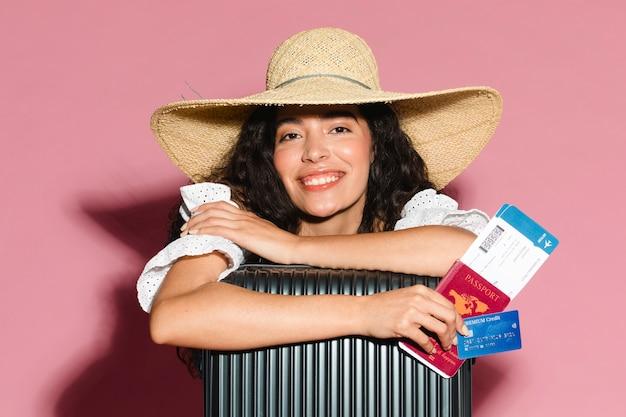 Gelukkige vrouw klaar voor haar zomervakantie