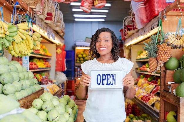 Gelukkige vrouw kruidenier openen