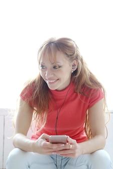 Gelukkige vrouw luisteren muziek met koptelefoon