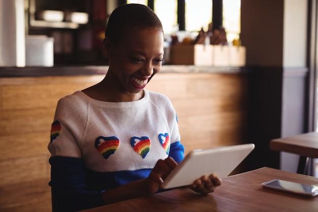 Gelukkige vrouw met behulp van digitale tablet