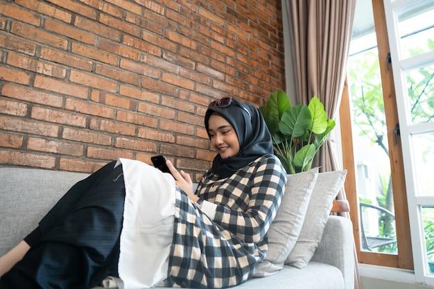 Gelukkige vrouw met behulp van haar mobiele telefoon