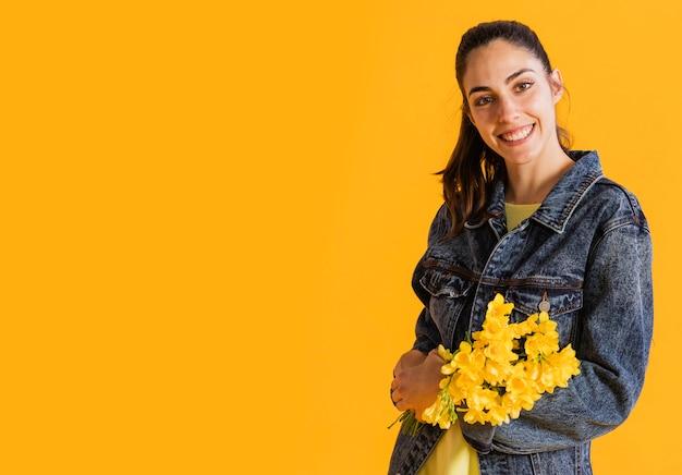 Gelukkige vrouw met bloemboeket
