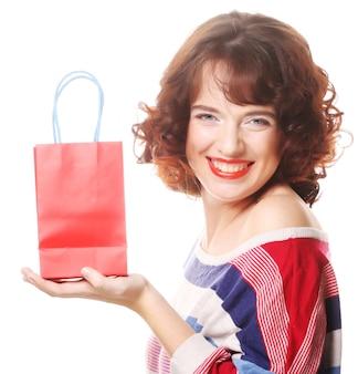 Gelukkige vrouw met boodschappentas en cadeau. vakantie thema.
