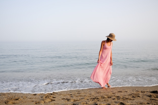Gelukkige vrouw met de voeten in de zee