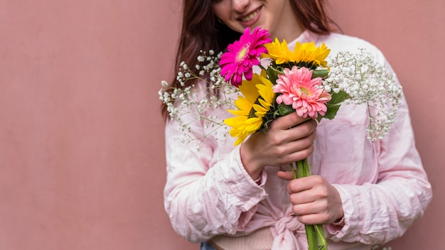 Gelukkige vrouw met een bos van bloemen