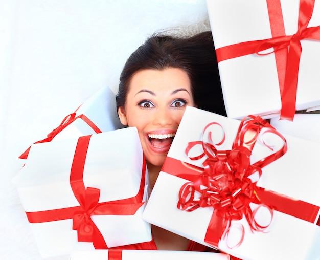 Gelukkige vrouw met een cadeau