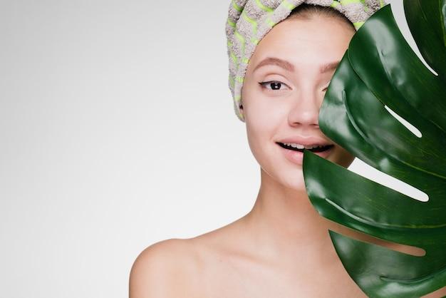 Gelukkige vrouw met een handdoek op haar hoofd na een douche