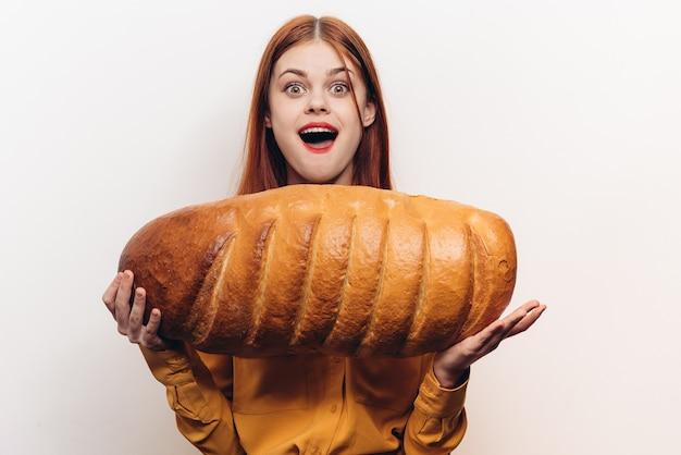 Gelukkige vrouw met een in hand brood
