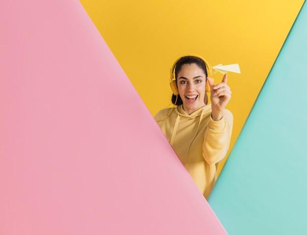 Gelukkige vrouw met een papieren vliegtuigje