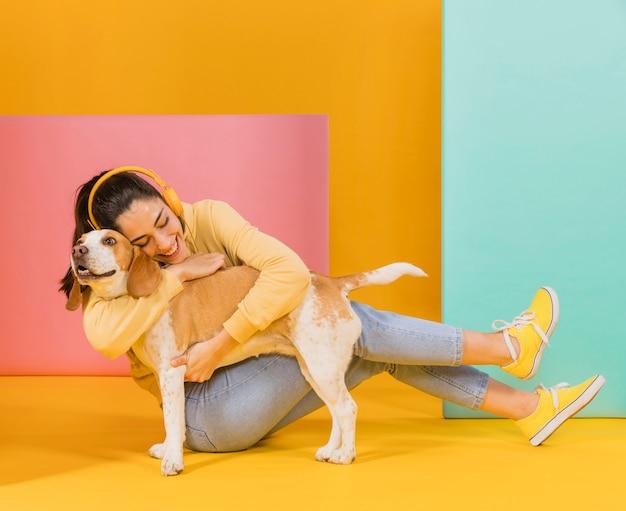Gelukkige vrouw met een schattige hond