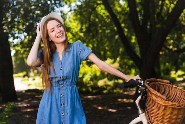 Gelukkige vrouw met fiets