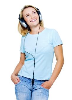 Gelukkige vrouw met geïsoleerde hoofdtelefoon