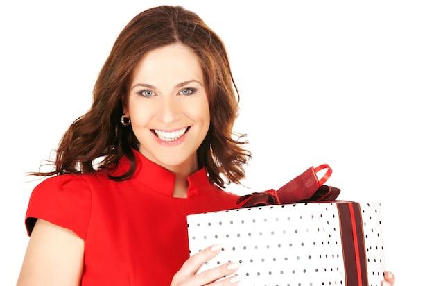 Gelukkige vrouw met geschenkdoos over wit