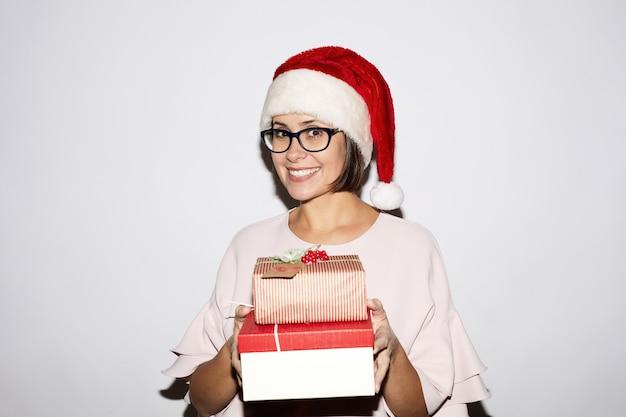 Gelukkige vrouw met geschenkdozen