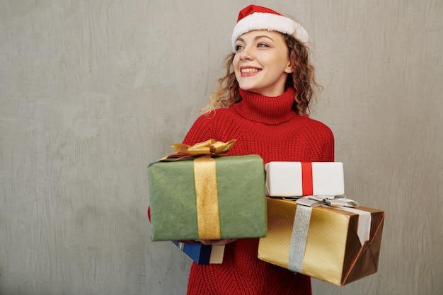 Gelukkige vrouw met geschenken