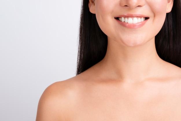 Gelukkige vrouw met gezond huid dicht omhooggaand portret