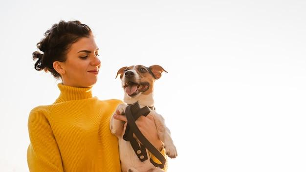Gelukkige vrouw met haar hond buitenshuis