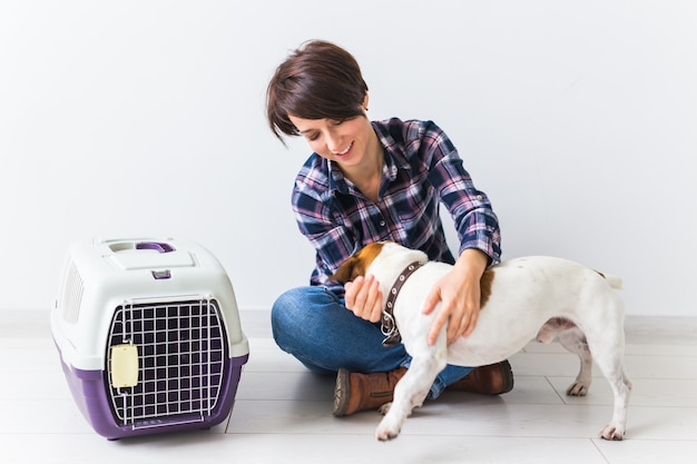 Gelukkige vrouw met haar jack russell terrier.