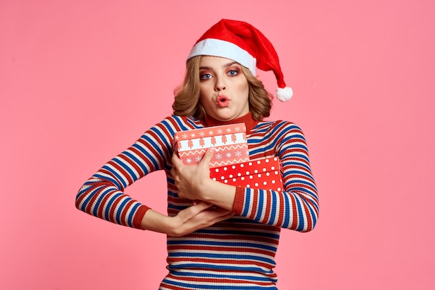 Gelukkige vrouw met het model van de kerstmisnieuwjaar santa claus van de giftdoos.