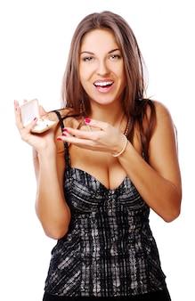 Gelukkige vrouw met juwelen in doos