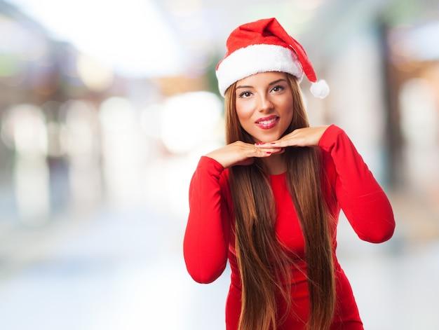 Gelukkige vrouw met kerst man hoed
