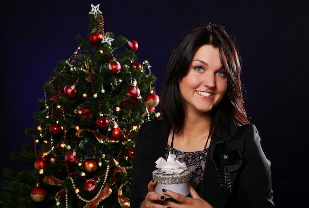 Gelukkige vrouw met kerstcadeau Gratis Foto
