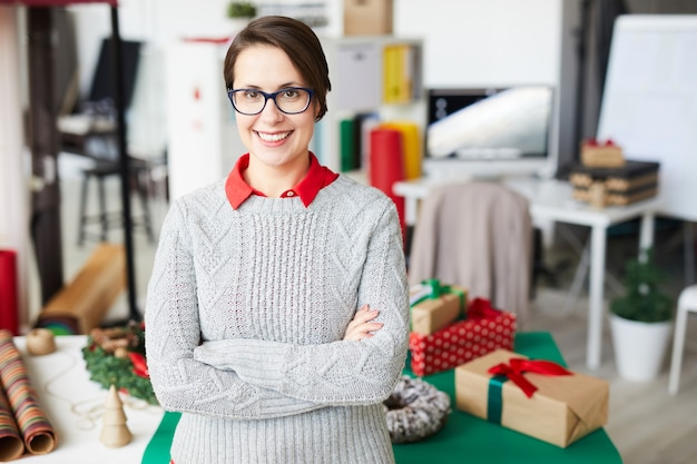 Gelukkige vrouw met kerstcadeaus of cadeautjes