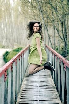 Gelukkige vrouw met plezier op een brug