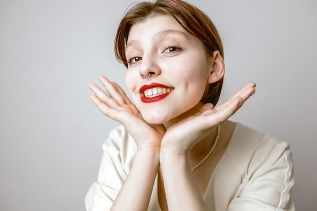 Gelukkige vrouw met rode lippen en witte tanden