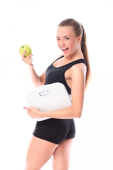 Gelukkige vrouw met schalen en groene appel