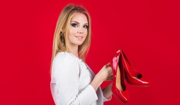 Gelukkige vrouw met schoenen meisje met paar nieuwe schoenen reclame mode korting en verkoop shopping