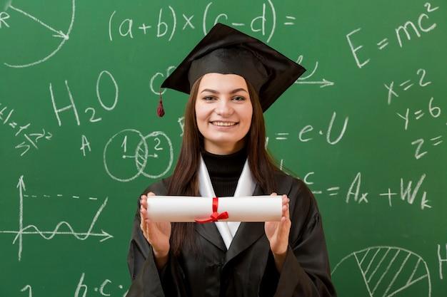 Gelukkige vrouw met schoolbord