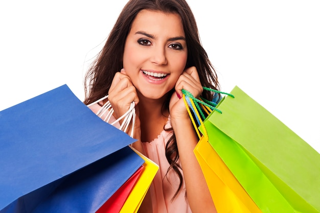 Gelukkige vrouw met vol boodschappentassen